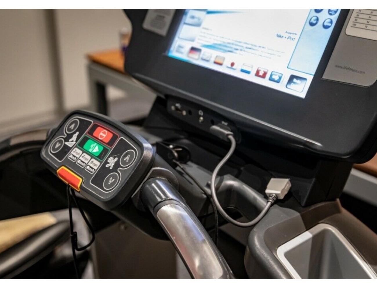 Orginal-Bild-Monitor-15-Zoll-Life-Fitness-Platinum-Club-Series-Laufband-gebraucht